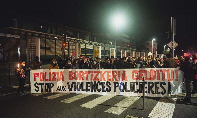 Polizia indarkeria salatzeko manifestazioa egin zuten atzo dozenaka lagunek, Baionan. ©GUILLAUME FAUVEAU