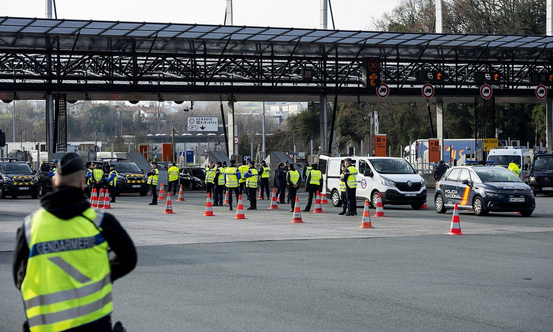Frantziako Poliziaren kontrola, Hendaia eta Biriatu arteko mugan. ©BOB EDME