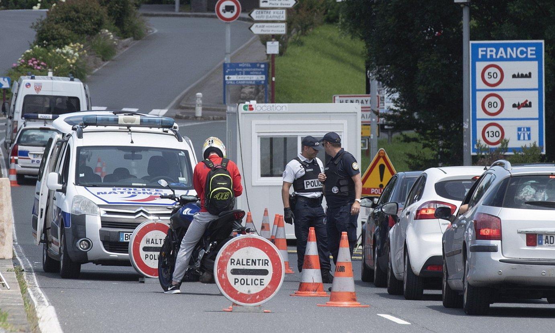 Frantziako Poliziaren kontrol bat Hendaia eta Irun arteko mugan, joan den ekainean. ©GORKA RUBIO / FOKU