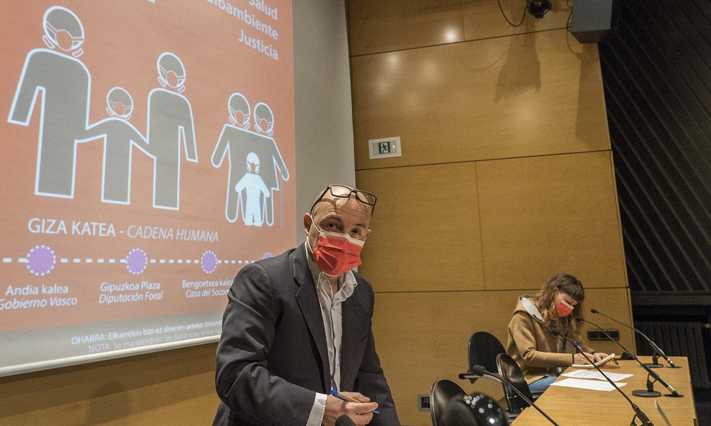 GuraSOSeko Joseba Belaustegi eta Mertxe Petxarroman, atzo Donostian egindako agerraldian. ©GORKA RUBIO / FOKU