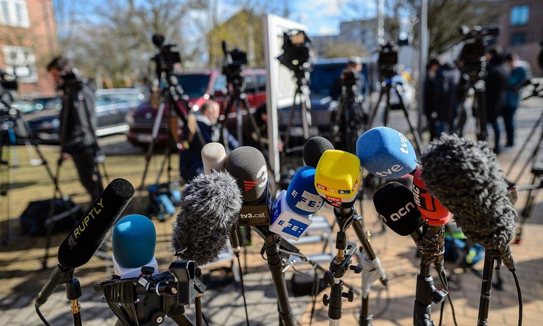 Hainbat komunikabidetako mikrofonoak, adierazpenak jaso zain. ©JENS SCHLUETER / EFE