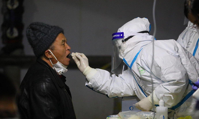 Hebeiko biztanle bat azido nukleikoaren analisia egiten. ©COSTFOTO / EFE