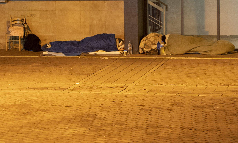 Bi etxegabe Donostiako Atano III.a pilotalekuaren txarteldegiaren parean etzanda, joan den urtarrilaren 7an. ©GORKA RUBIO / FOKU