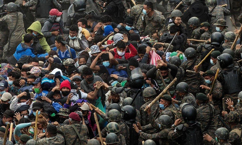 Guatemalako poliziak eta militarrak Hondurastik abiatu zen karabanako migratzaileak jotzen, igandean, Vado Hondo herriaren pareko errepidean, mugatik 30 bat kilometrora. ©ESTEBAN BIBA / EFE