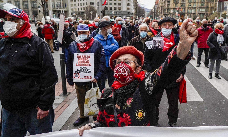 Babestu elkarteak, pentsiodunek eta Muskizko egoitzako senideek atzo eginiko manifestazioa. ©MARISOL RAMIREZ / FOKU