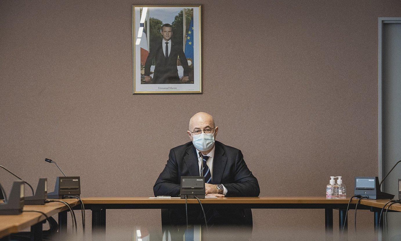 Philippe Le Moing Surzur Baionako suprefeta, atzean Emmanuel Macron Frantziako presidentearen argazkiarekin, atzo, Baionan. ©GUILLAUME FAUVEAU