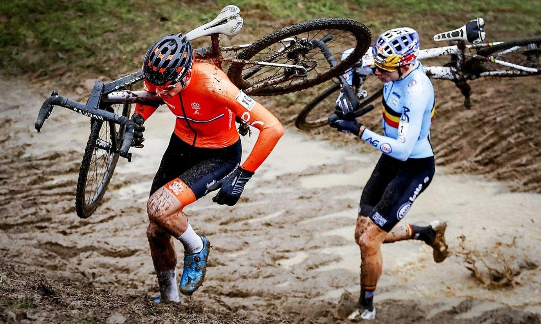 Mathieu van der Poel eta Wout van Aert, lehian, duela bi urteko Munduko Txapelketan. ©MARCEL VAN HOORN / EFE