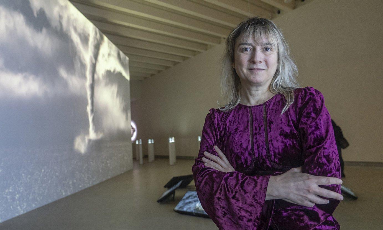 Marina Nuñez artista, atzean <em>Aztia</em> (2020) eta <em>Lorategi basatia</em> (2019) lanak dituela, Donostiako Kubo Kutxa aretoan, atzo. ©ANDONI CANELLADA / FOKU