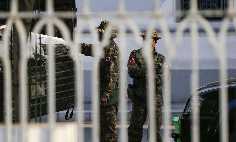 Soldaduak Yangon hirian. Armadak etxeratze agindua ezarri du. ©LYNN BO BO / EFE