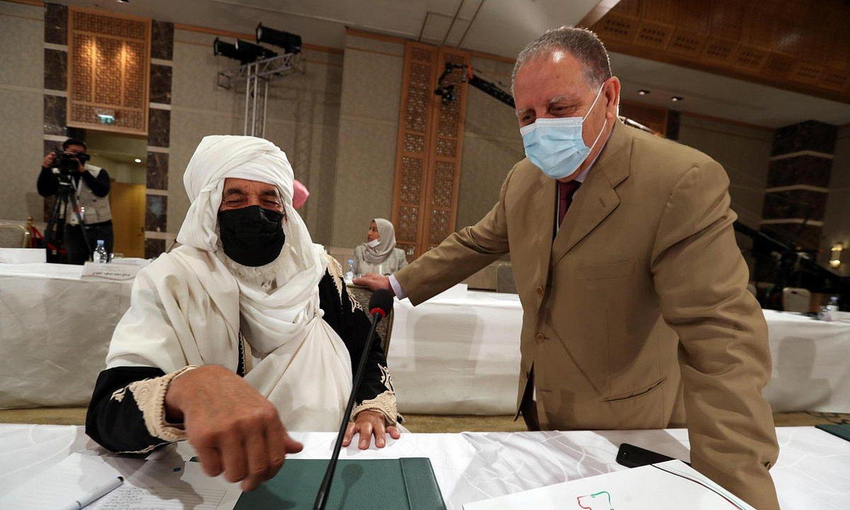Elkarrizketa Politikorako Libiako Foroko bi partaide, iazko azaroan Tunisiako hiriburuan egin zen bilkuran. ©M. MESSARA / EFE