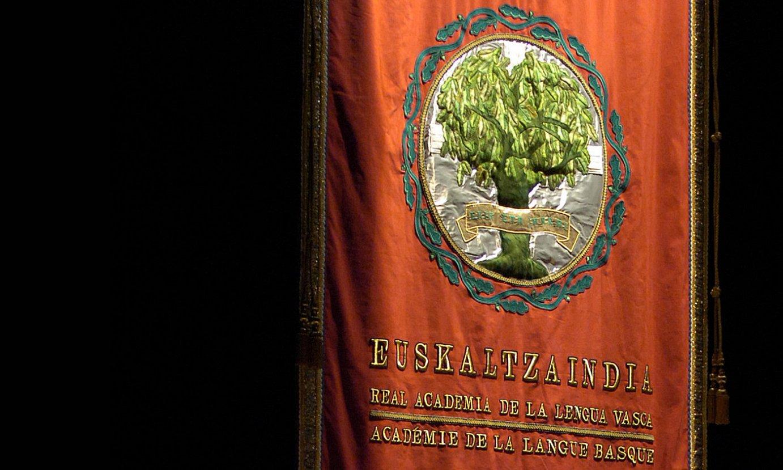 Euskaltzaindiaren leloa eta armarria duen estandartea, artxiboko irudi batean. ©LANDER FERNANDEZ ARROIABE / FOKU