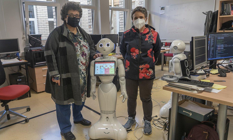 Ruiz eta Lazkano, RSAITen laborategian, <em>Pepper</em> robotarekin. ©ANDONI CANELLADA / FOKU