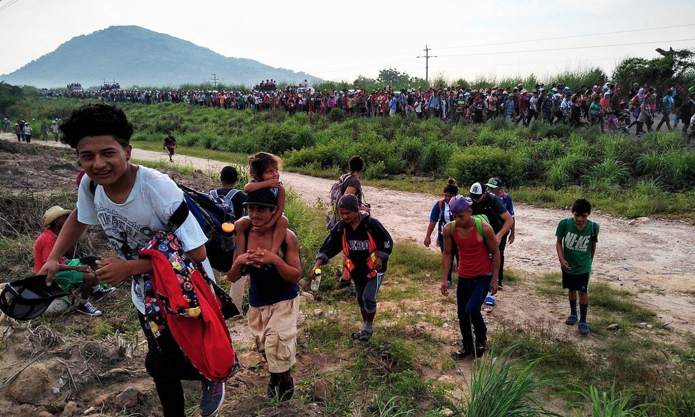 Migratzaileen karabanan parte hartu zuten gazte batzuk, erakusketako argazki batean. ©ASIER VERA