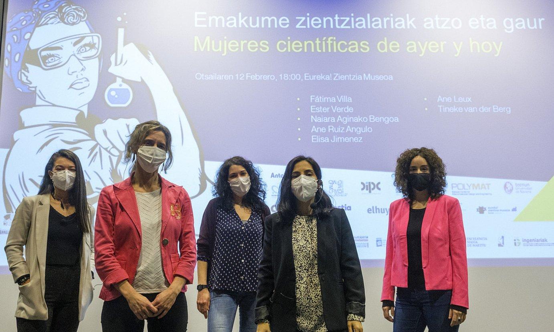 Fatima Villa, Naiara Aginako, Ane Ruiz de Angulo, Ester Verde eta Elisa Jimenez, atzoko ekitaldian. ©JON URBE / FOKU