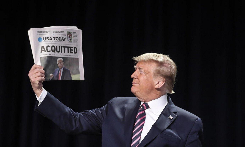 Donald Trump bere aurkako lehenenko 'impeachment'-ean errugabetu ondorengo egunean, �errugabea� dioen egunkari azal batekin. ©OLIVER CONTRERAS / EFE
