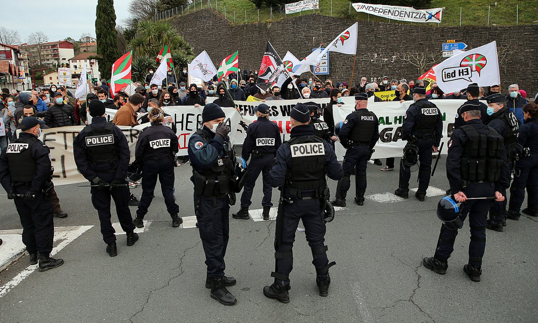 Frantziako Polizia, eskuin muturrari aurre egitera etorritako herritarrei bidea mozten. ©BOB EDME