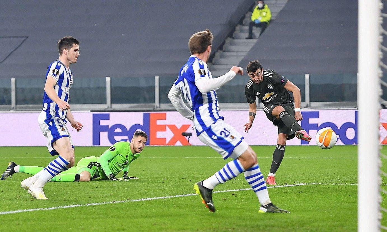 Bruno Fernandes Manchester Uniteden aurreneko gola sartzeko jokaldian, Realekoak begira dituela, atzo, Turinen. ©ALESSANDRO DI MARCO / EFE