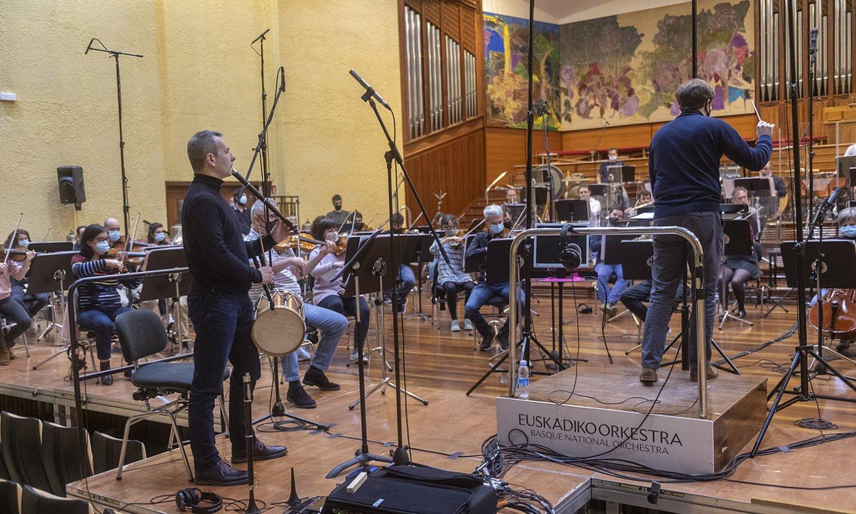 Garikoitz Mendizabal txistularia eta Euskadiko Orkestrako musikariak, atzo arratsaldean, Donostian, Jaume Santojaren gidaritzapean. ©GORKA RUBIO / FOKU