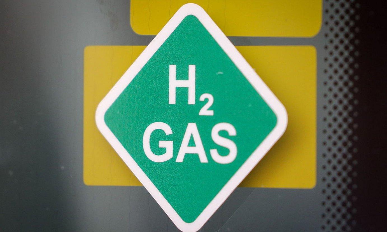 <b>Elektrolizagailuak.</b> Haietan inbertsio handia egin beharko da hidrogeno berde nahikoa izateko. Irudian, APEXen elektrolizagailu bat Alemanian. ©FELIPE TRUEBA / EFE