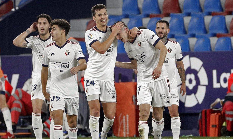 Osasunako jokalariak, Budimirrek Levanteri sartutako gola ospatzen. ©M. B. / EFE