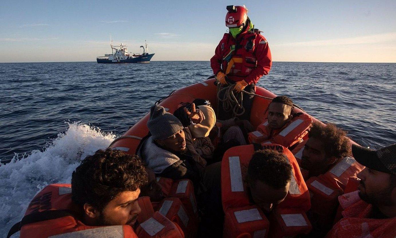 Migratzaileen ontzia joan den ostiralean, eta, atzean, <em>Aita Mari</em> itsasontzia. ©ITSAS SALBAMENDU HUMANITARIOA