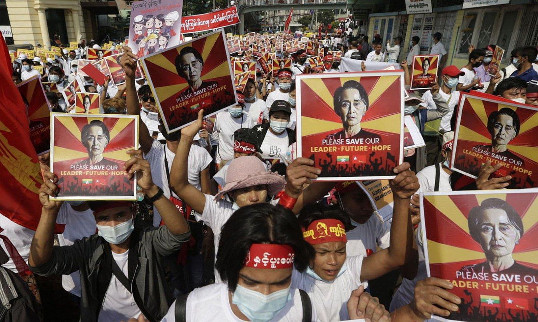 Manifestariak Yangon hirian, atzo, eskuan Aung San Suu Kyi politikariaren irudiak hartuta. ©LYNN BO BO / EFE