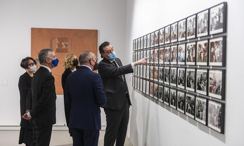 Jaurlaritzako eta museoetako ordezkariak, atzo, Gasteizen, artelan bati begira. ©JAIZKI FONTANEDA / FOKU