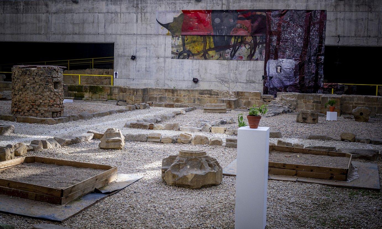 Erakusketako zenbait obra ikusgai daude Mariaren Bihotza plazako aztarnategian. Zehazki, aztarnekin zerikusia dutenak bildu dituzte han. ©J. FONTANEDA / FOKU