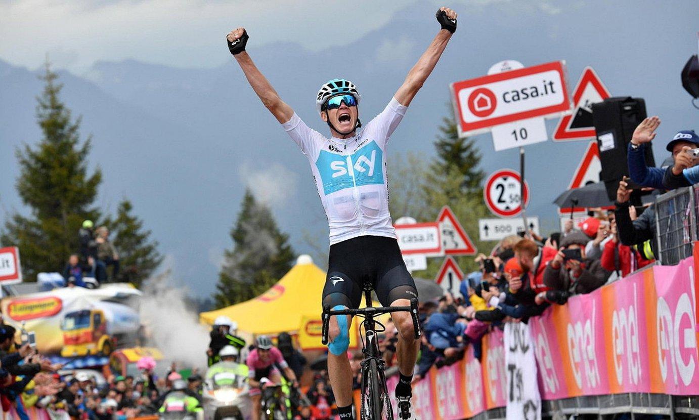 Chris Froome, eskuak altxatzen, Zoncolango helmugan, 2018ko Italiako Giroko 14. etapa irabazi berritan. ©DANIEL DAL ZENNARO / EFE