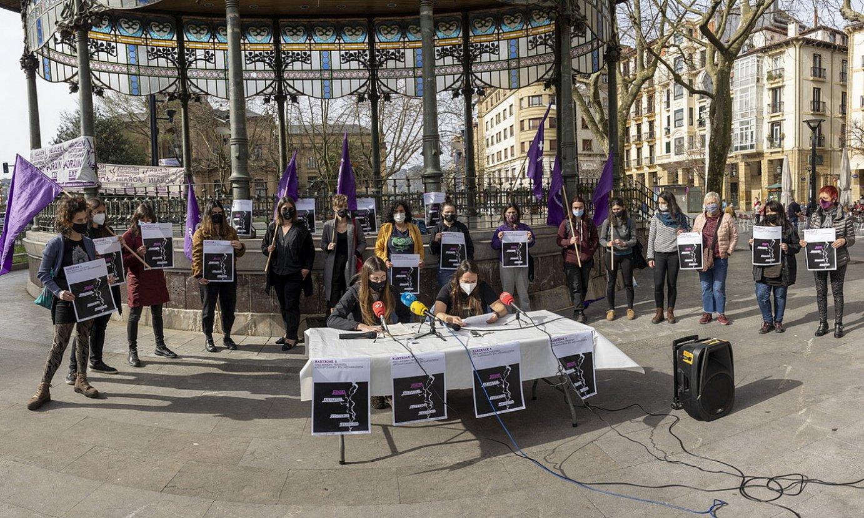 Martxoaren 8ko mobilizazioak aurkeztu zituen mugimendu feministak atzo, Donostian. ©GORKA RUBIO / FOKU