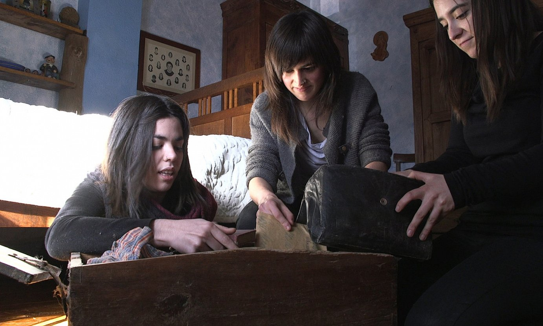 Amaia Merinok eta Miguel Angel Llamas <em>Pitu</em>-k zuzendutako <em>Non dago Mikel?</em> dokumentaleko fotograma bat. Mikel Zabalzaren senideak dira irudikoak. ©BERRIA
