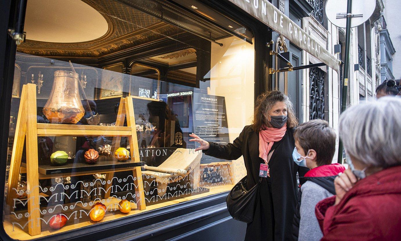 Isabelle Dupont Baionako txokolatearen bisita gidaria, atzo, txokolate harria nola erabiltzen zen azaltzen. ©GUILLAUME FAUVEAU
