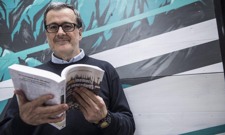 <b>Fernando Mikelarena historialaria, Iruñeko Alde Zaharrean, 2019ko abenduan.</b> ©JAGOBA MANTEROLA / FOKU
