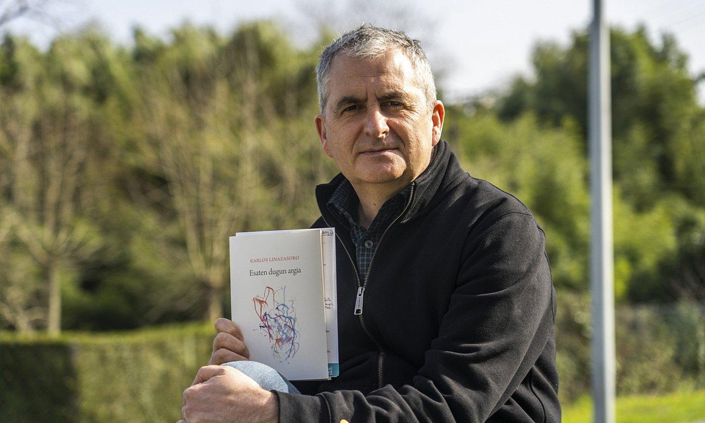 Karlos Linazasoro idazlea, <em>Esaten dugun argia</em> bere lan berriena eskuetan hartuta, atzo, Donostian. ©ANDONI CANELLADA / FOKU