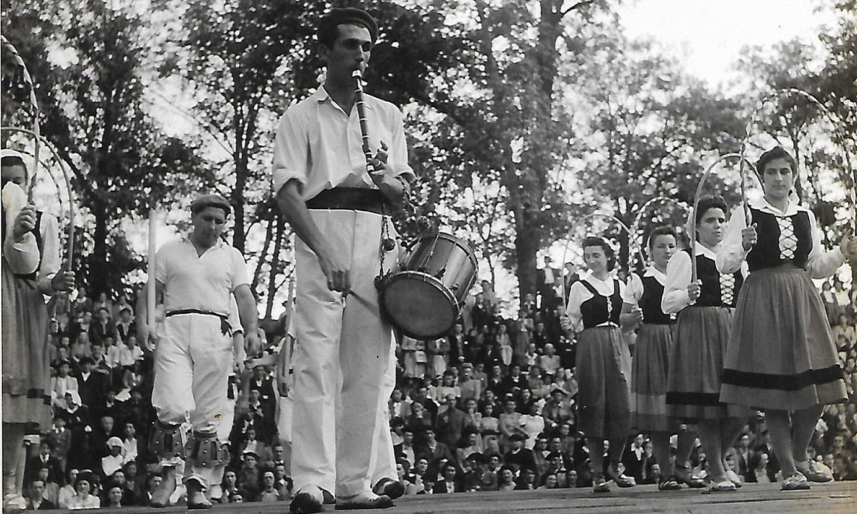1945ean, Donibane Garazin, Mixel Labeguerie txistua jotzen. Ipar Euskal Herriko lehen txistularietarik bat izan zen. ©BERRIA