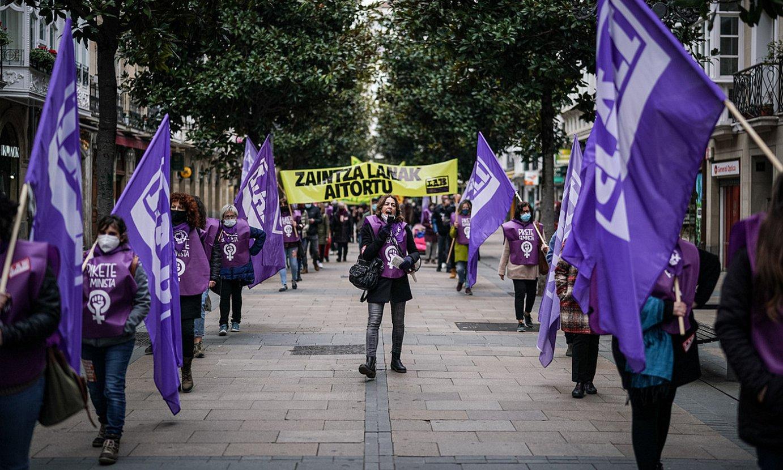 <b>Protestak.</b> Zaintza sektoreko langileak kalera atera ziren atzo. Irudian, LABen mobilizazioa Gasteizen. ©E. PORTILLO / FOKU