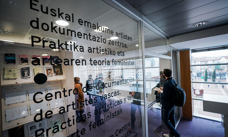 Euskal emakume artisten dokumentazio zentroak atzo ireki zituen ateak Artium museoan. ©ENDIKA PORTILLO / FOKU