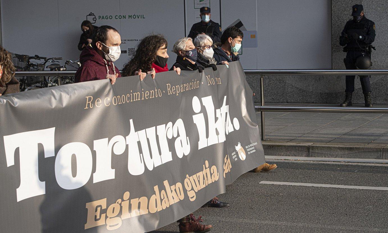 Torturaren kontrako manifestazioaren burua Espainiako polizien aurretik igarotzen, atzo, Iruñean, Nafarroako Torturatuen Sareak antolatutako protestan. ©JAGOBA MANTEROLA / FOKU