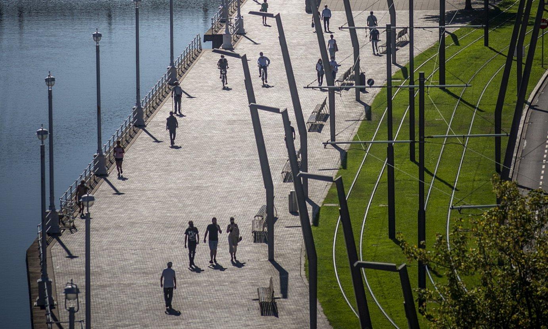 Jendea paseatzen, Bilboko Abandoibarrako ibilbidean. ©JAIZKI FONTANEDA / FOKU