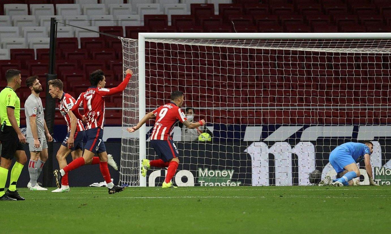 Unai Simon makurtuta, Atletico Madrilek etxekoen aurreneko gola sartu eta segituan, atzoko partidan. ©JUANJO MARTIN / EFE