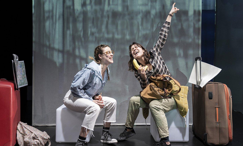 Nerea Mazo eta Miren Arrieta aktoreek jokatzen dituzte antzezlaneko bi protagonisten rolak, baina baita bigarren mailako pertsonaienak ere. ©MIKEL BLASCO / TANTTAKA