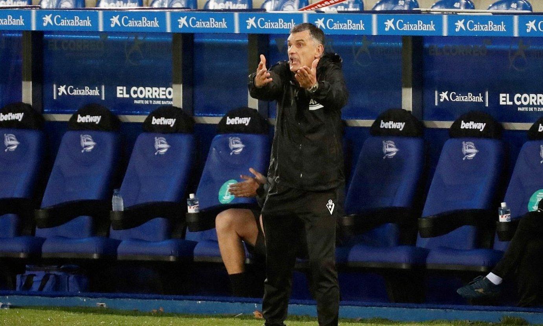 Jose Luis Mendilibar aginduak ematen, denboraldi honetako partida batean. ©DAVID AGUILAR / EFE