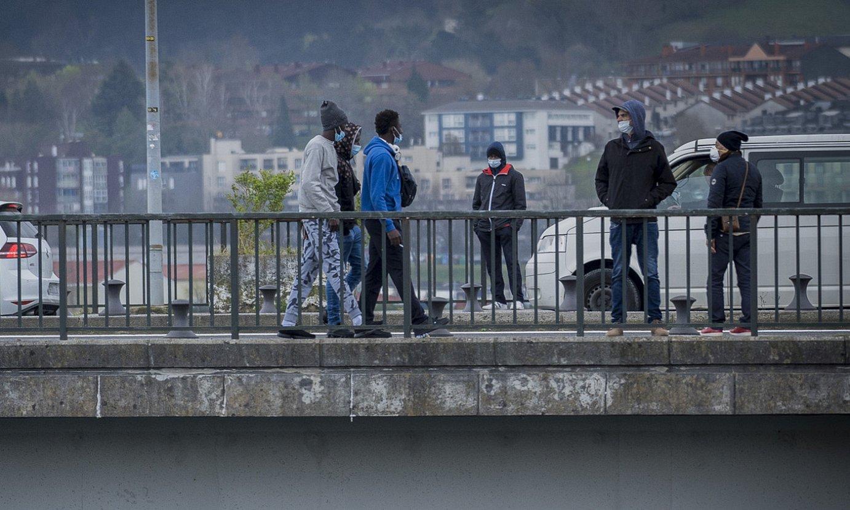Migranteak, Irun eta Hendaia artean, duela bi asteko irudi batean. ©GORKA RUBIO / FOKU