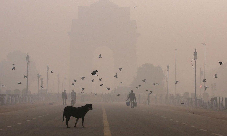 New Delhi, berriki hartutako irudi batean, kutsadura laino baten azpian. / RAJAT GUPTA / EFE