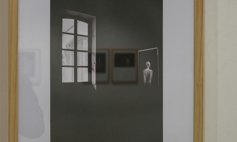 Susana Gajacaren irudi bat, beste egile batzuen argazkiak islatuta, Zarauzko Photomuseumen dagoen <em>Emakumeok aurkezle</em> erakusketan. ©JON URBE / FOKU