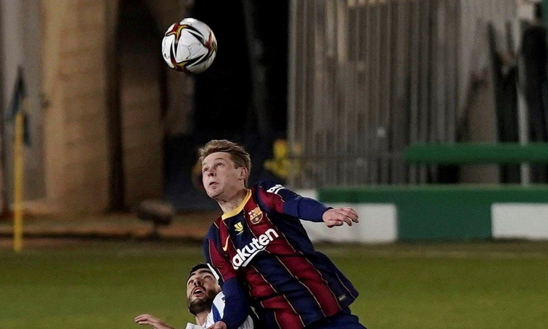 De Jong, Mikel Merinoren gainetik jauzi egiten, Espainiako Superkopan. ©R.A / EFE