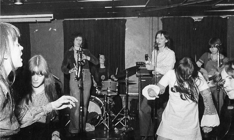 Stepney Sisters taldearen kontzertu bateko irudia ageri da joan den astean argitaratu zieten debut diskoan. ©ALCOPOP!
