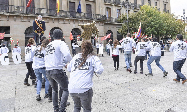 Iruñean urriaren 12an egindako protesta zela eta, zenbait laguni deklaratzera deitu zieten. ©IDOIA ZABALETA / FOKU