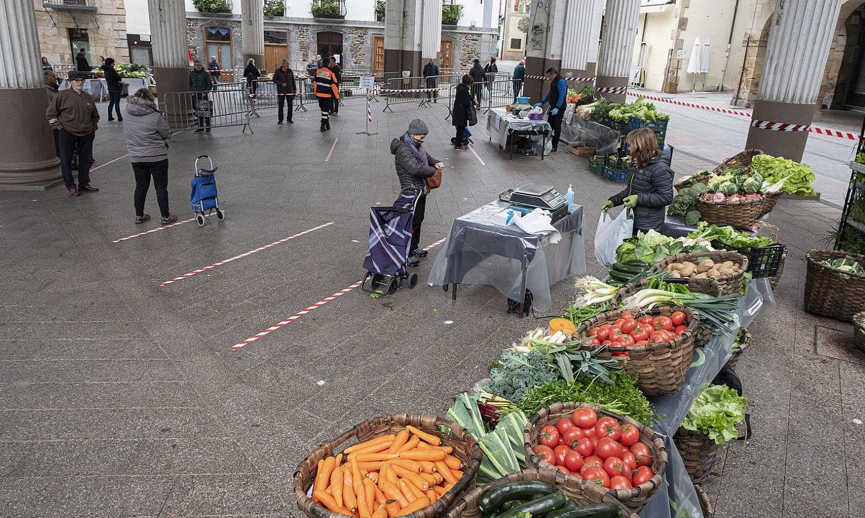 <b>Plaza pandemia garaian.</b> Erosleak eta saltzaileak, Ordiziako azokan. ©JON URBE / FOKU