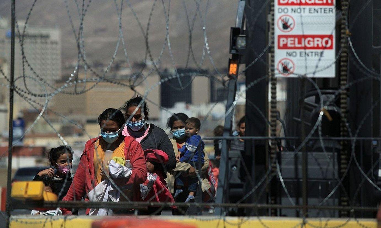 Hainbat pertsona AEBetatik Mexikora igarotzen Ciudad Juarezen, kanporatuak izan ostean. ©LUIS TORRES / EFE